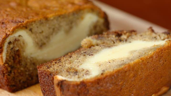 10人分、 23×13cmのパウンド型材料:■バナナブレッドバナナ 2本卵 1個ブラウンシュガー 100gグラニュー糖 50g溶かしバター 110g バニラエクストラクト 小さじ1 *バニラエッセンス数滴でも代用可水切りヨーグルト 60g薄力粉 125g塩 ひとつまみ重曹 小さじ1 ■クリームチーズフィリング卵 1個クリームチーズ(室温にもどす)110gグラニュー糖 50g薄力粉 大さじ3作り方1. オーブンは180℃に予熱しておく。2. バナナブレッドを作る。ボウルにバナナをいれてフォークなどで潰す。卵を入れてよく混ぜ、ブラウンシュガー、グラニュー糖、溶かしバター、バニラエクストラクト、水切りヨーグルトを加えてよく混ぜる。3. 薄力粉、塩、重曹を加えて、粉気がなくなるまで混ぜたら、半量を型に流し入れる。4. クリームチーズフィリングを作る。ボウルにクリームチーズ、卵、グラニュー糖、薄力粉を入れてよく混ぜ、型に流し入れる。5. (4)に残りの(3)を流し入れ、180℃のオーブンで50分焼く。竹串をさしてなにもついてこなければ、オーブンから取り出す。6…