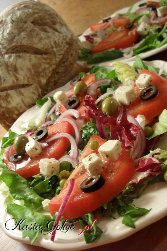 Wieczorem naszła mnie ochota na sałatkę, jakąś lekką, w końcu to kolacja :)   Wyszła pysznie, kolorowo Jacek zadowolony, bo lubi dużo oliwek i oliwy z oliwek ;)   Do niej kromka pysznego chle...