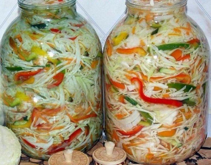 INGREDIENTE: 5 kg de varză; 1 kg de morcov; 1 kg de ceapă; 1 kg de ardei gras roșu; 350 gr de zahăr; 4 linguri cu vârf de sare; 500 ml de oțet 9%; 500 ml de ulei. MOD DE PREPARARE: Tăiați varza, ceapa și ardeiul cât mai subțire. Treceți morcovul prin răzătoare. Amestecați toate ingredientele foarte atent, nu frământați! Adăugați zahăr, sare, oțet și ulei, amestecați încă o dată. Așezați salata în borcane, apăsând usor cu pumnul. Peste 3 zile acoperiți cu capace, închideți-le etanș și dați la…