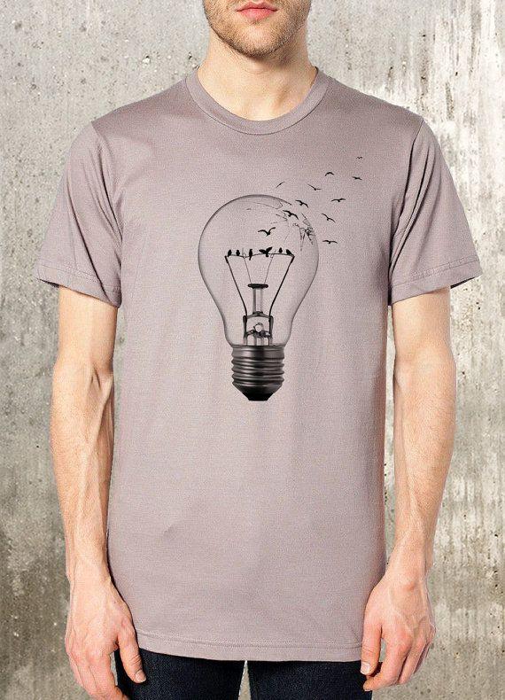 Diese Männer Grafik T-shirt Funktionen Vögel fliegen aus einer defekten Glühbirne, und einige noch innen thront auf einem Draht! Diese urbanen