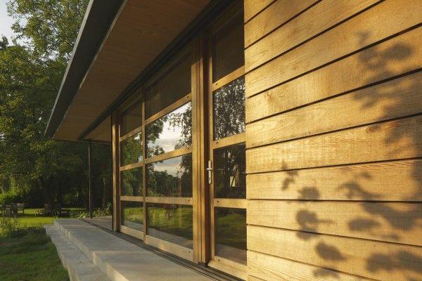 <p>Op een van de  mooiste plekken aan de Linge is een geheel houten huisje verrezen. Het is opvallend en bescheiden tegelijk, de Shelter genaamd. Als je binnen bent ervaar je de werkelijke kwaliteit. Het ademt, het ruikt naar  HOUT. De wanden en het dak zijn van massief hout in een ingenieus systeem gebouwd. 20 cm dik hout, zonder een druppel lijm met duvels tot een wand verbonden. De afwerking van de vloer in kopshout, de gevel met western red cedar bekleed. Op het overdekte terras de ...