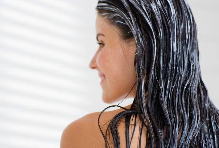 Un semplice trattamento fai da te per rinforzare i capelli