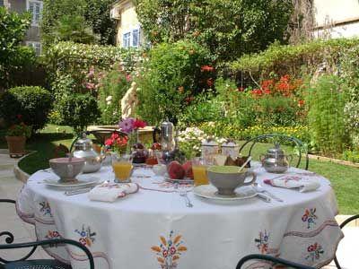 Petit déjeuner dans le jardin des Chambres d'hôtes à vendre à Périgueux centre ville