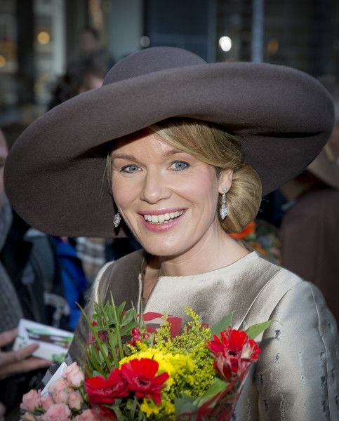Queen Mathilde of Belgium Photos Photos - Queen Mathilde of Belgium meets with wellwishers during their visit to the Flemish culture house Bakke Grond on November 28 2016 in Amsterdam, The Netherlands. - Queen Mathilde of Belgium and King Philippe of Belgium On A 3 Day Official Visit In Holland : Day One