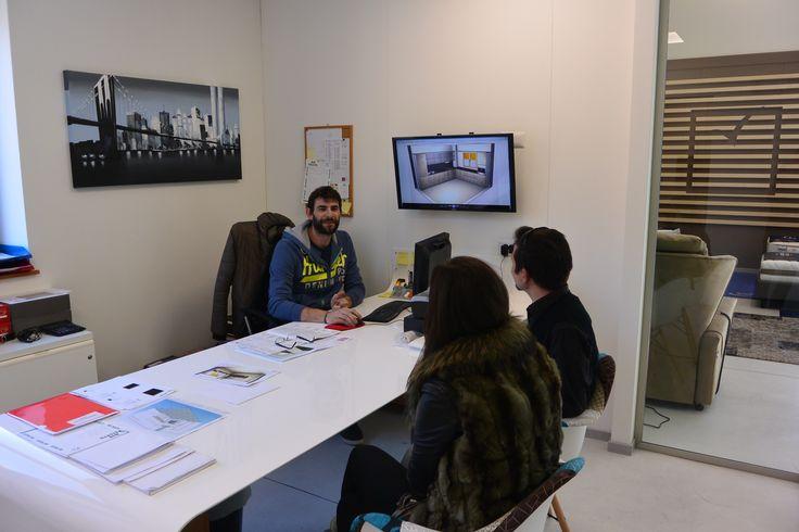 Design e tecnologia a servizio del cliente. Una scrivania realizzata su progetto dei nostri collaboratori vi accoglierà nei Glass Cube Office. Le vostre idee saranno visibili sui maxischermi dotati di tecnologia Chromecast - Google.