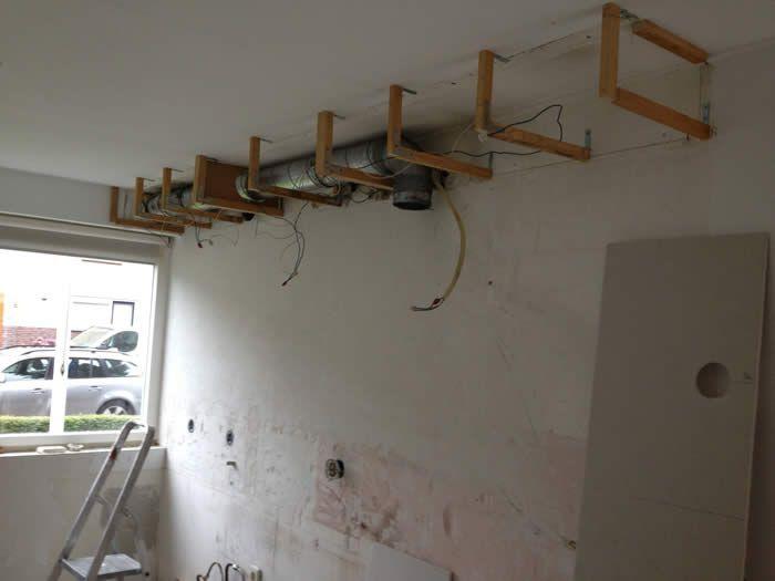 Inbouwspots Keuken Plafond : idee?n over Keuken Koof op Pinterest – Keukens, Kasten en Lijstwerk