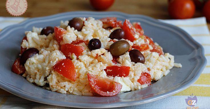 Il riso alla greca un primo piatto estivo veloce e gustosissimo che si prepara in pochi minuti ed è perfetto da portare al mare.