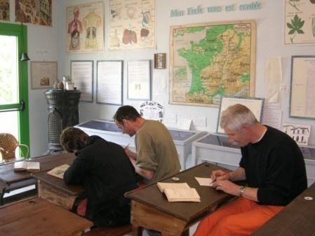 La salle de classe 1930-1950 reconstituée : écriture à la plume sergent-major, épreuves du Certificat d'études, dictées ....   Avis aux amateurs !