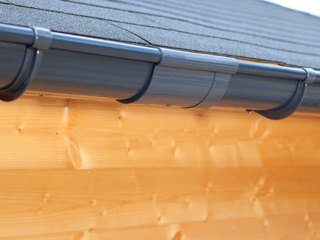 Ein Dachrinnenverbinder verbindet die Dachrinnenteilen miteinander.