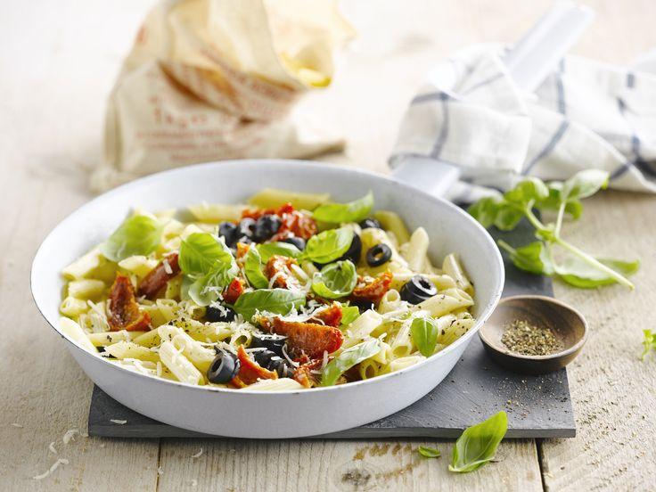 Pastasalade met olijfjes, basilicum en zongedroogde tomaten - Low calorie