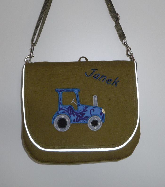 Kindergarten Tasche mit Traktor nach eigenem Schnitt. Die Klappe der Tasche ist mit Reflektorpaspel versehen.