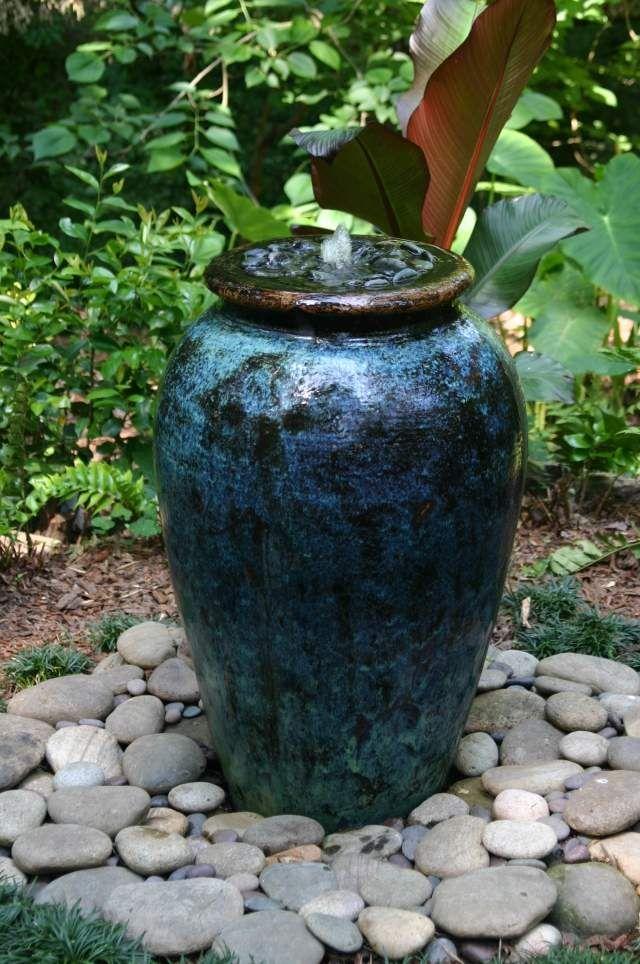 brunnen wasserspiele ideen garten kies steine pflanzkübel