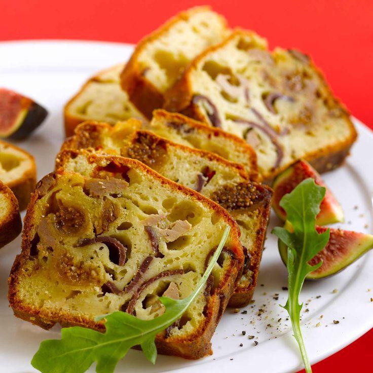 CAKE AU MAGRET, FOIE GRAS & FIGUES (Pour 6 P : 150 g de magret de canard séché • 100 g de foie gras mi-cuit • 100 g de figues • 40 g de beurre • 3 œufs • 10 cl de crème • 150 g de farine • 1 c à c de levure • sel, poivre)
