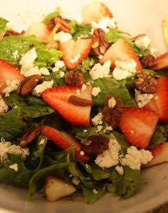 ensalada de espinaca con nueces, fresas y queso de cabra