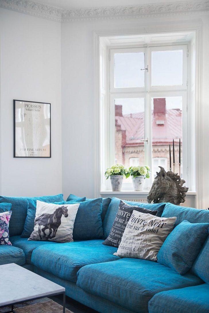 Скандинавский интерьер с синим диваном и антикварной печью | Пуфик - блог о…