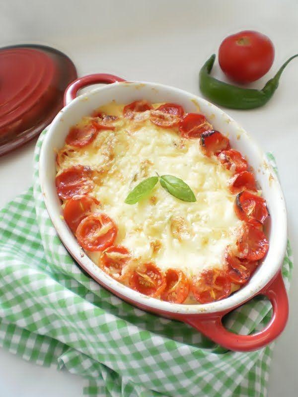 INGREDIENTE: 2 dovlecei potriviti, 1/2 piept de pui, 100 gr telemea de vaci, 150 gr smantana, 50 gr cascaval, rosii cherry, un ou, ulei de masline, sare, piper, usturoi pudra, ghimbir, pesmet, o lg unt moale, Mod de preparare: Pieptul de pui se taie in fasii mici se condimenteaza cu sare , si piper si