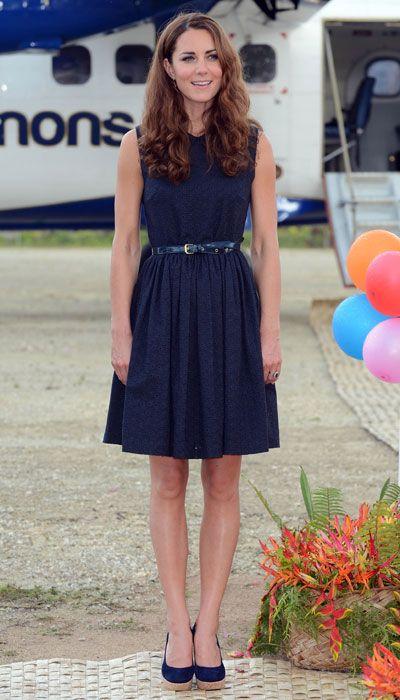 紺のワンピで大人っぽく!ベルトも靴も色を合わせているのが素敵...