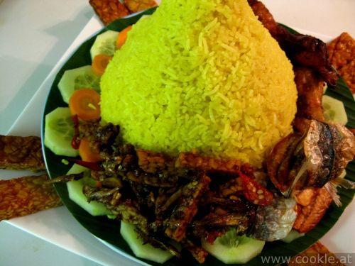 Nasi kuning or nasi tumpeng | cookle.at