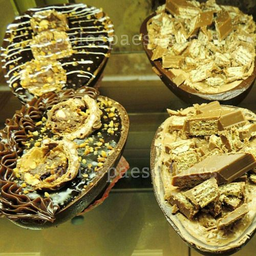 Meio ovo de colher, coberta com Ferrero e a outra coberta com kit kat #pascoapolos  (em Polos Pães e Doces)