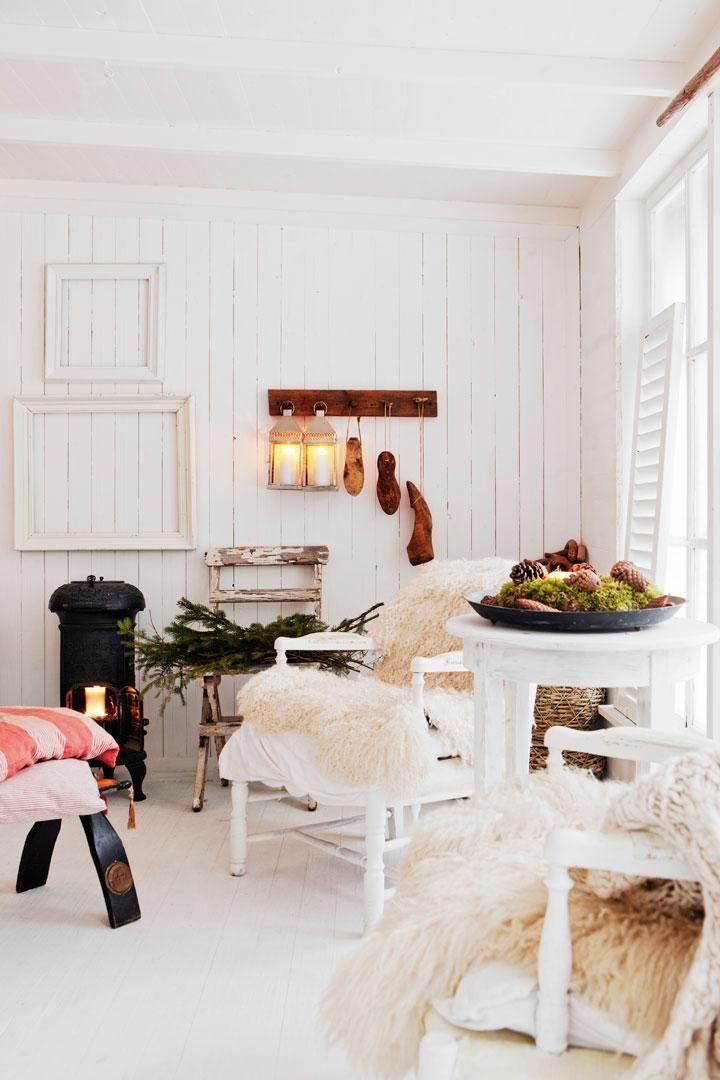 Stolar med fårskinn från en släktings gård. Järnkaminen stod på familjens sommarställe i skärgården och har renoverats och målats om.