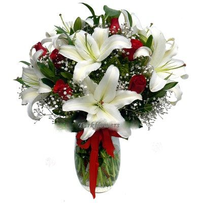 Beyaz lilyum ve kırmızı güllerden oluşan aranjman