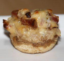 recept voor Gevulde champignons met roomkaas en spekjes. Heerlijk hapje uit de oven.