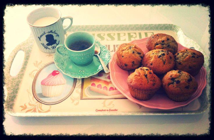 I miei Muffin ai mirtilli freschi, ricetta by Giallo Zafferano, accompagnati da caffè napoletano! Buonissimi;-)  http://ricette.giallozafferano.it/Muffin-ai-mirtilli.html #muffin #blueberrymuffin #blueberry #giallozafferano #patisserie #coffee   #italiancoffee #milk #mug