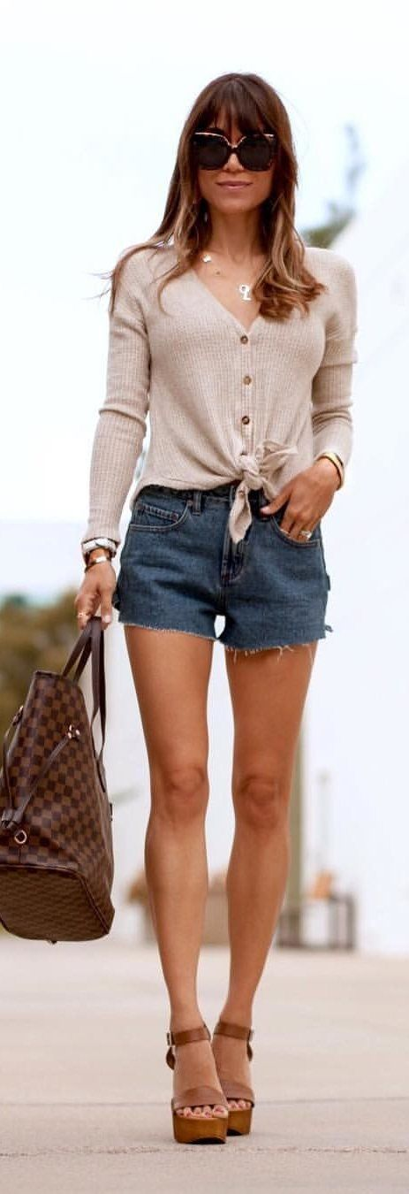 #spring #outfits woman in brown button-up long-sleeved top and blue denim Daisy Duke shorts. Pic by @interiordesignerella