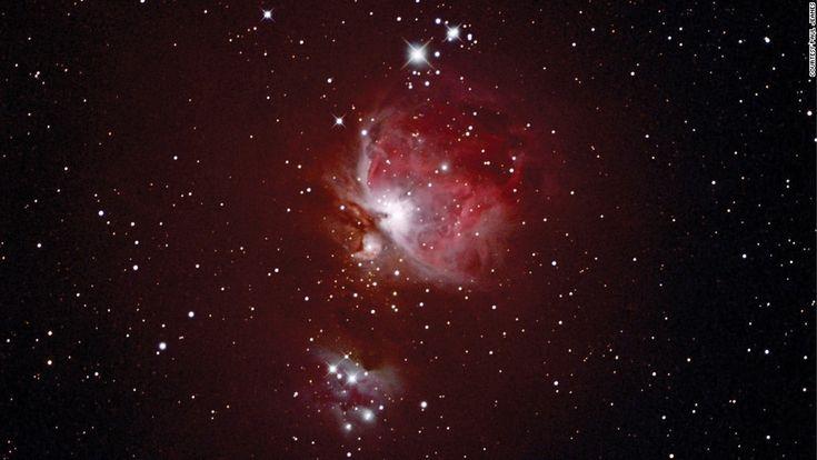 """La constelación de Orión y la Nebulosa de Orión pueden verse en el hemisferio norte durante la primavera. Paul Jeanes capturó esta imagen de la nebulosa de Orión (también conocida como M42) desde su observatorio en Washford, Reino Unido, pero también puede verse desde el """"Parque de cielo estrellado Zselic"""", en Hungría."""