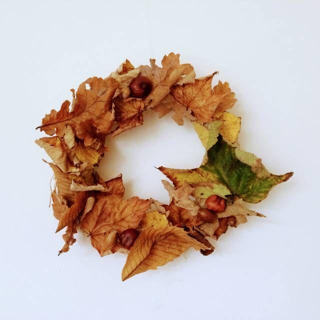 秋の自然を楽しもう!落ち葉・木の実で作るアートの作り方  秋は樹々が赤色や黄色に色づき、紅葉がきれいな季節。自然の中をちょっと散歩するだけで、落ち葉やどんぐり、まつぼっくりなどたくさん見つけることができます。貼り絵やスタンプにモビール、リースなど秋の自然な素材を使って親子で楽しく作れるアート作品をご紹介します!完成した作品はインテリアとして飾ってくださいね。