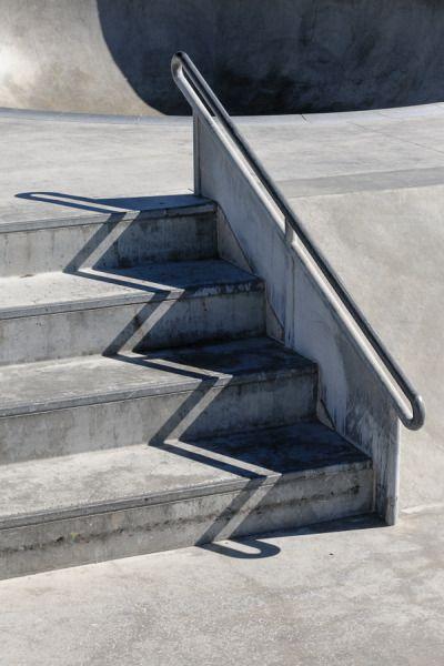 Der Zick-Zack-Schatten auf dem Beton erlaubt eine weitere Überzeichnung der Kanten, die bereits auf diesem Foto zu sehen sind.