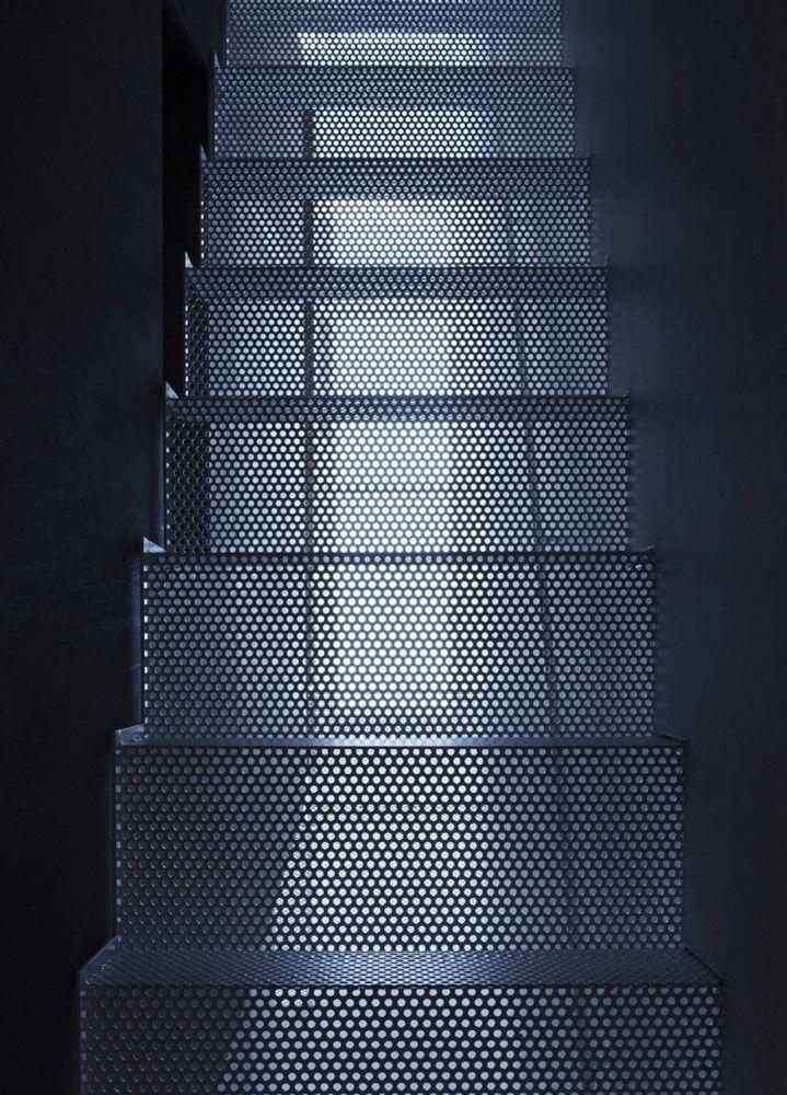 Mooie spel met licht bij deze trap van geperforeerd staal.