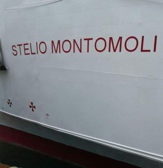 Sulla fiancata del traghetto i lavori per la nuova livrea dedicata all'ex presidente della compagnia. Inascoltate le proteste in arrivo dall'Elba