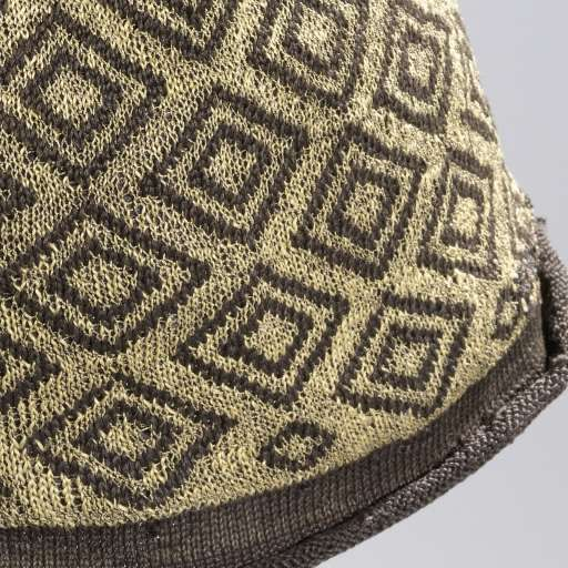 Muts, gebreid, bol van zwarte zijde met ruitvormige, geometrische ornamenten van gouddraad en een omgekrulde rand van effen zwarte zijde, anoniem, 1600    breien, h 21cm.