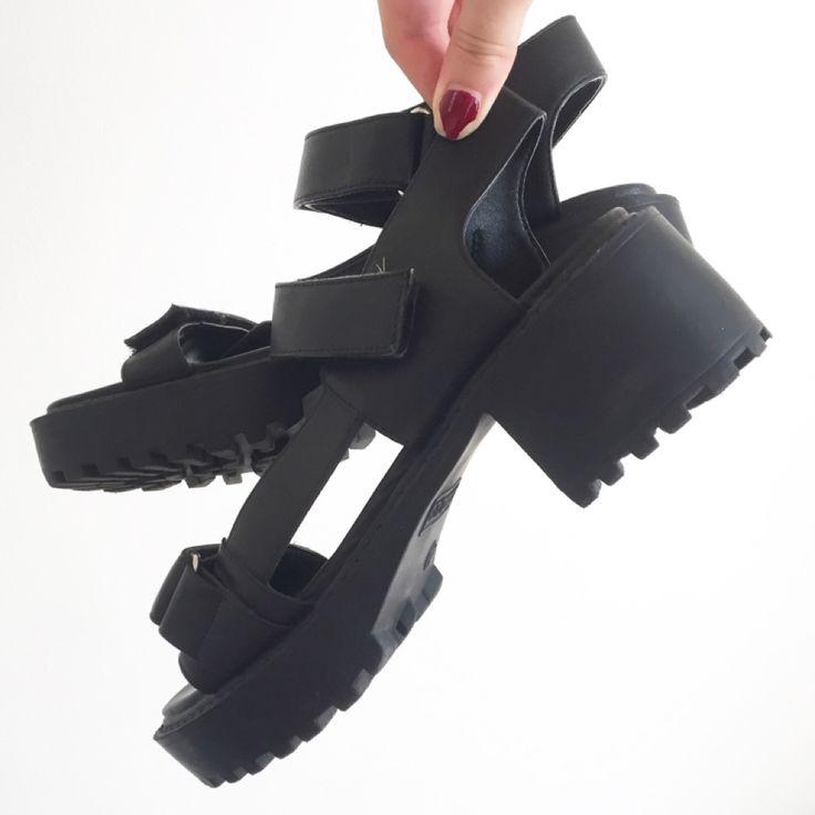 Svarta öppna skor i nyskick.. Skor.