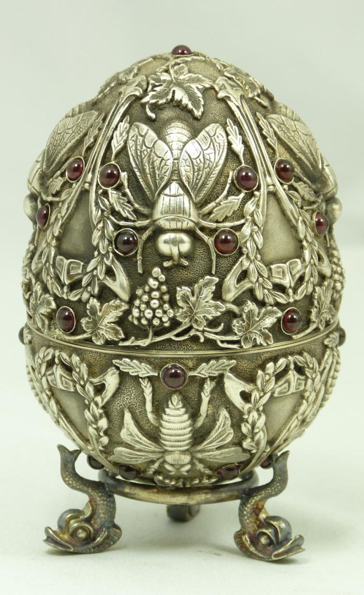 Russian 84 silver box in the form of an egg with inlaid garnet and applied bee and grapevine motif - by Pavel Ovchinnikov (elite auctions)