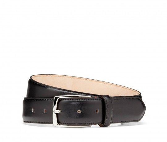 Dieser anspruchsvoll verarbeitete Gürtel rundet jedes Outfit stilvoll ab. 'Levate' wird aus schwarzem, südfranzösischem Kalbsleder in Italien handgefertigt. Der 3,5 cm breite Gürtel wird mit einer hochwertigen, silberfarbenen Messingschnalle geschlossen.