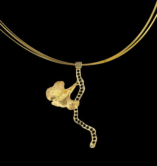 Seducción | Colgante con diamantes negros y oro 18k - Pendant with black diamonds and 18k gold #StudioJewellery #SignatureJewellery #Exclusive #Jewelry #ArtInJewelry #Luxury #ArtLife #ArtLove