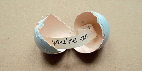 Un regalo muy especial y original, ¡haz un huevo con un mensaje secreto! Este hueva sería un detalle personalizado y especial. http://www.muysencillo.com/como-hacer-un-huevo-con-mensaje-dentro/
