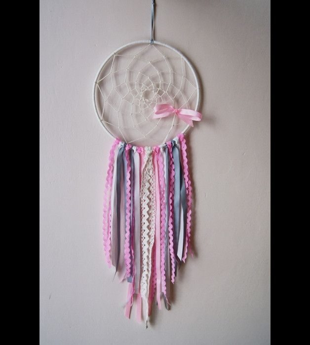 Łapacz snów pleciony sznurkiem lnianym na obręczy o średnicy 18 cm, ozdobiony tasiemkami, wstążkami o różnej fakturze.  handmade / dream catcher / dreamcatcher / diy / baby shower gift