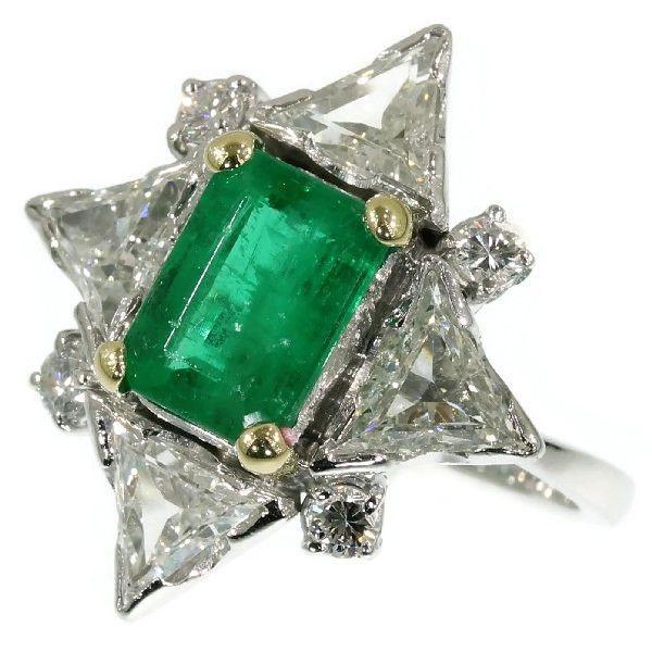 Online veilinghuis Catawiki: Indrukwekkende verlovingsring met diamanten en smaragd, met grote driehoekig geslepen diamanten – 1950