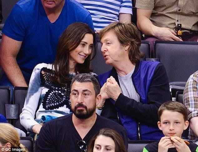 """Ensemble depuis six ans et demi, mariés depuis le 9 octobre 2011, Paul McCartney et la New-Yorkaise Nancy Shevell s'aiment comme deux adolescents. Dimanche 6 avril, le couple assistait à un match de basketball et, dans les tribunes, a été surpris par la fameuse kiss cam (""""caméra du baiser"""") du Staples Center. Lorsque cette dernière se pose sur des amoureux, projetant leur image sur les écrans géants de la salle, ils doivent alors s'embrasser... sous les applaudissements de tous les autres…"""