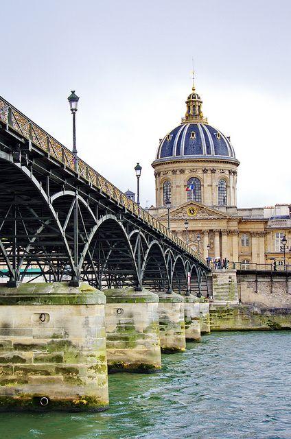 Paris, le Pont des Arts et ses milliers de cadenas 7 avec lAcadémie Française au fond, via Flickr.