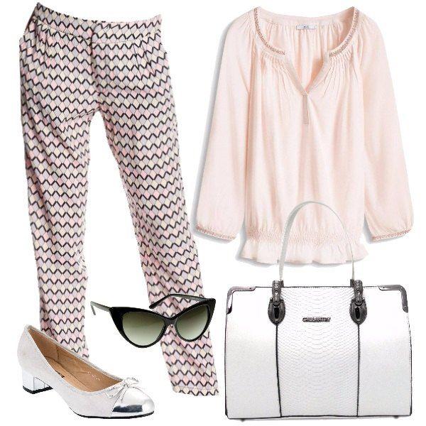 Outfit da tutti i giorni formato da un pantalone in cotone con fantasia multicolore e una camicetta in viscosa rosa nude. Il look si completa con un paio di scarpe bianche con tacco e punta in argento, una borsa a mano bianca e un paio di occhiali da sole neri.