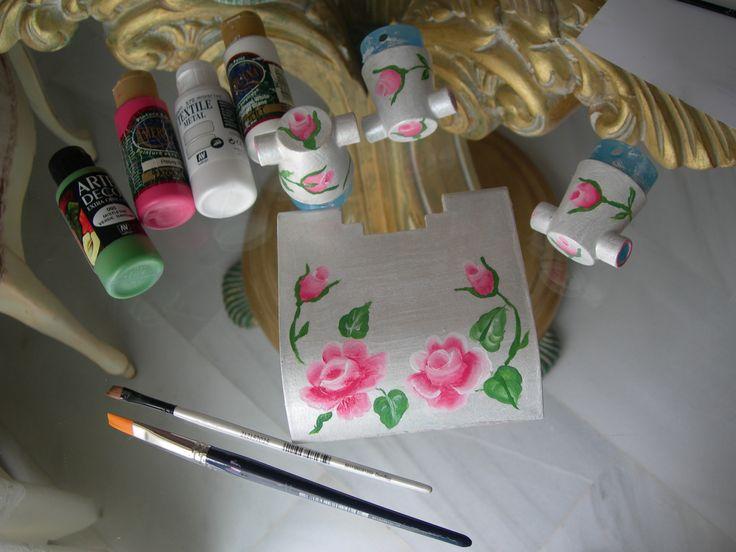 Románticos accesorios de baño estilo Shabby Chic, restaurados. Decorados con rosas de pintura acrílica y blanco nacarado. https://www.youtube.com/watch?v=pneClKXXYUA