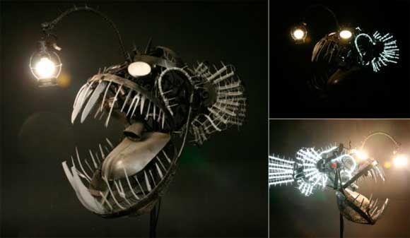 Impresionante lámpara de pie con forma de pez abisal