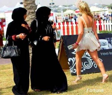 ...С ума посходили эти туристы...ходят голышом)))
