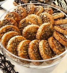 Güneşli bir cumartesi sabahından herkese günaydın ısrarla ayçekirdekli yaptığım kurabiye tarifi sorulmuş. Aslında tuzlu çubuklar…
