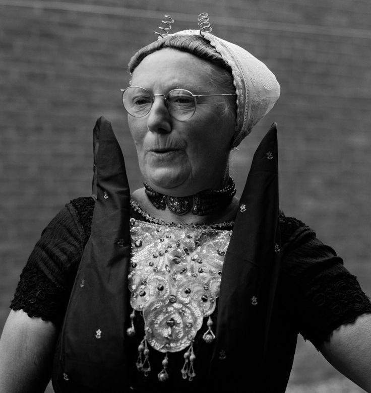 Axelse vrouw in klederdracht met hoge schouderdoek, Zeeland (1950-1960) ITEMS_CREATOR_CAPTION: fotograaf: Oorthuys, Cas