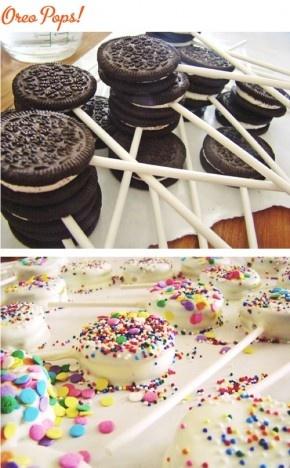 Oreo lollies. Nodig: Golden oreo's, Chocola, Decoraties. Cake-pop stokjes.  Werkwijze: Scheid voorzichtig en koekjes van elkaar, plak met gesmolten chocola een stokje op het koekje met de vulling. Plak de koekjes weer op elkaar. Dip de koekjes helemaal onder de chocola en versier de pops met eetbare decoraties.